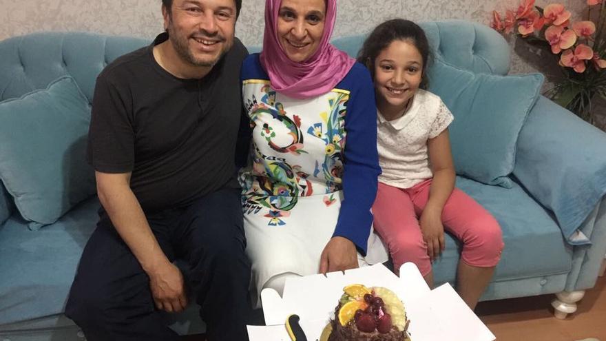 El presidente de Amnistía Internacional Turquía, Taner Kiliç, junto a su familia // Private