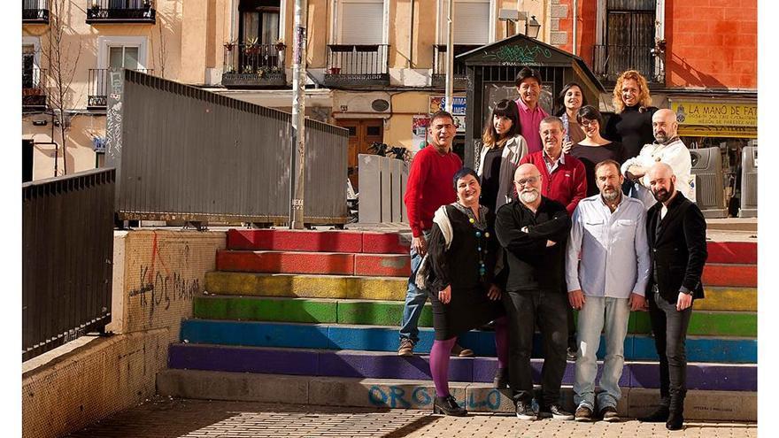 Miembros de la fundación de mayores LGTBI, en la que colaboran también jóvenes