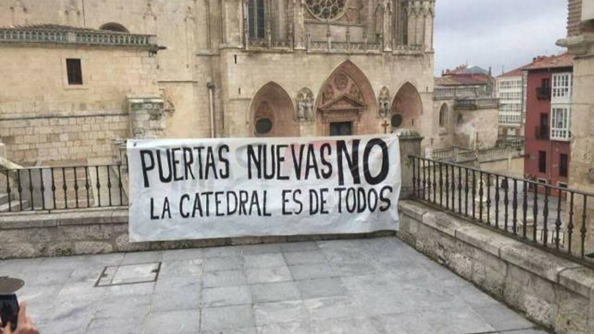 Cartel frente a la catedral.