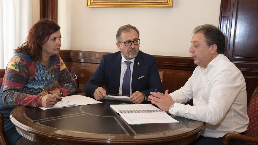 El presidente de la Diputación de Castelló, José Martí (en el centro), acompañado la vicepresidenta y por el diputado provincial de Hacienda.
