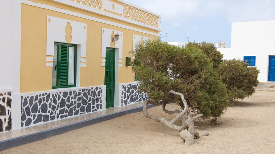 Calle en Caleta del Sebo con sus casas bajas y sus calles de arena. Macnolete (CC)
