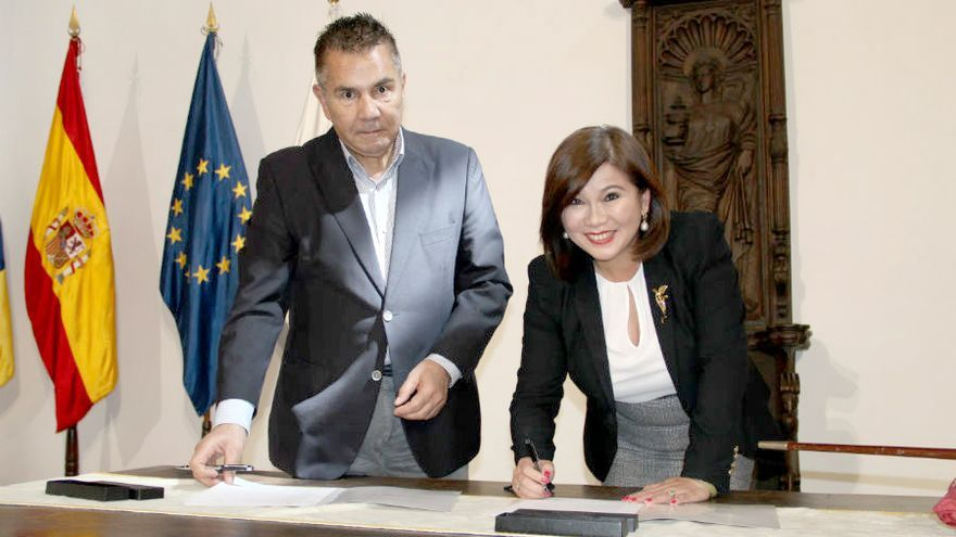 Leticia Chen y José Miguel Rodríguez Fraga durante la firma del convenio.