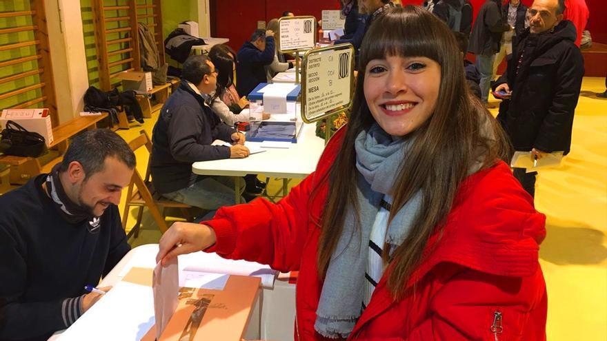 Aitana vota en las elecciones del 21D (Foto: Twitter OT Oficial)