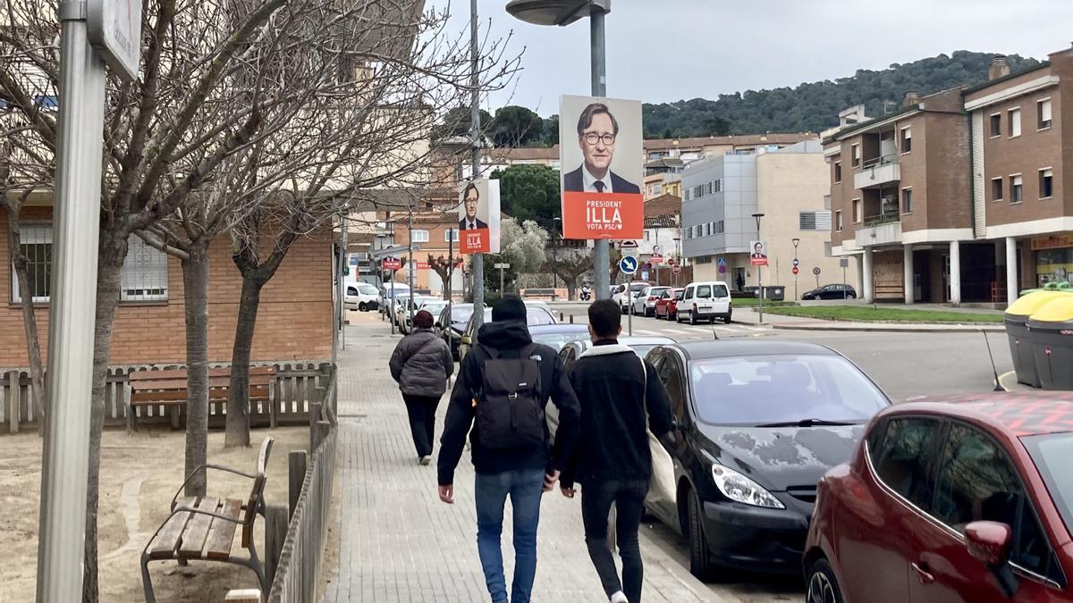 Carteles de la candidatura de Illa en La Roca del Vallès (Barcelona), el pasado miércoles.