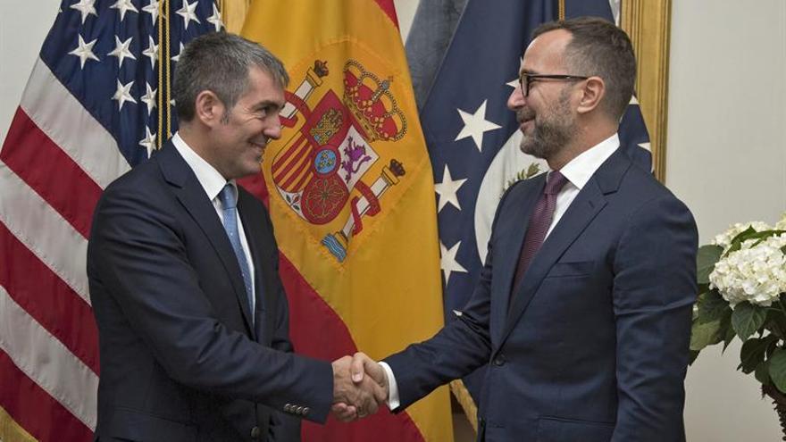 Fotografía facilitada por la Presidencia del Gobierno de Canarias de su presidente, Fernando Clavijo, que se ha entrevistado hoy en Madrid con el embajador de Estados Unidos, James Costos (d)