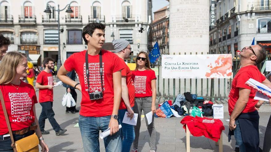 Miembros de DiEM25 en Madrid durante la manifestación internacional del pasado 13 de octubre contra la xenofobia.