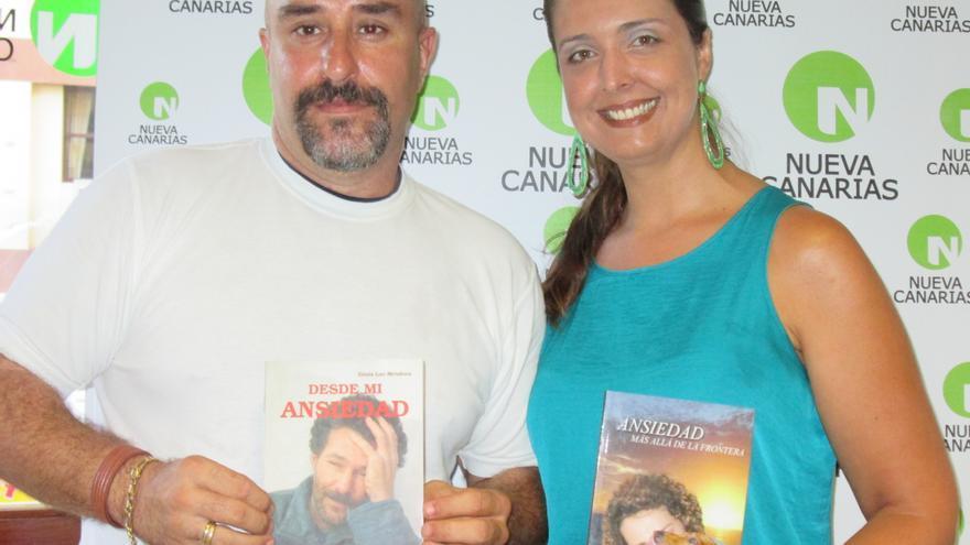 Ginés Lao y Ana María Pérez, de Nueva Canarias (NC), este viernes en la presentación de los libros.