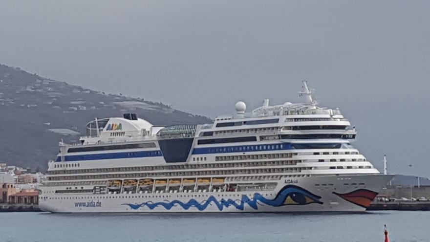 El buque 'Aida Sol', este viernes, en el Puerto de Santa Cruz de La Palma. Foto: LUZ RODRÍGUEZ.
