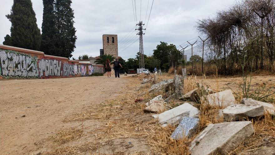 Escombros en la vía que pasa delante de la ermita de Santa María la Antigua. A la derecha, los terrenos donde estaba la cárcel de Carabanchel.