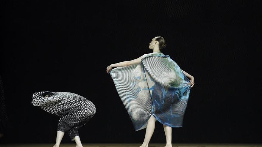 Issey Miyake busca sofisticar el estilismo urbano