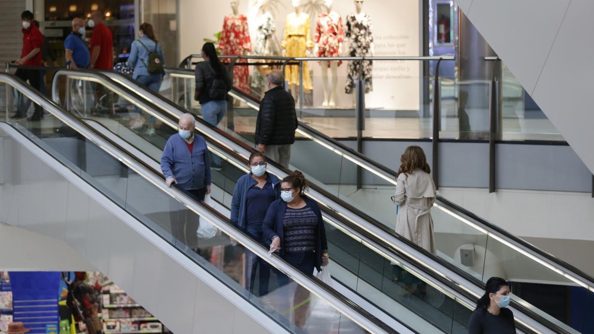 Varias personas bajan por las escaleras mecánicas del Centro Comercial El Boulevard de Vitoria
