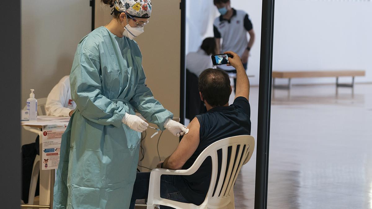 Vacunación masiva con AstraZeneca en el Palacio de Exposiciones de Santander.