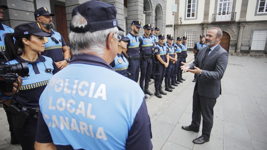 El alcalde de Las Palmas de Gran Canaria, Augusto Hidalgo, durante un encuentro con policías locales en la plaza de Santa Ana.