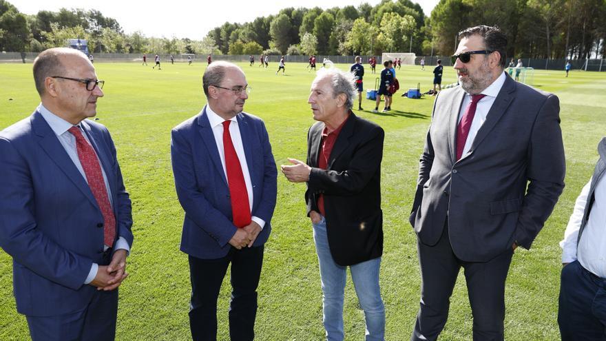 El presidente de Aragón, Javier Lambán, y el consejero de Educación del Gobierno de Aragón, Felipe Faci, en el IES Pirámide con directivos de la SD Huesca