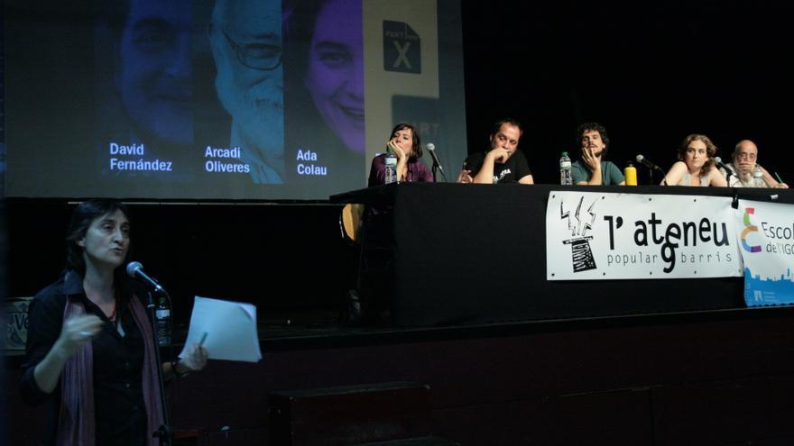 Imagen del acto de cierre de la escuela de verano del IGOP, con la presencia de Simona Levi, David Fernández, Ada Colau y Arcadi Oliveres, entre otros. (Foto: Mireia Carulla)