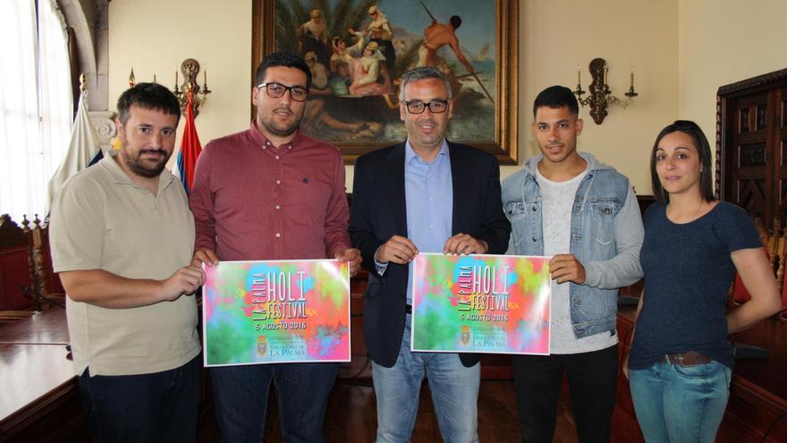 El alcalde, Sergio Matos (c), y el concejal de Juventud, Raico Arrocha (segundo por la izq.) con los responsables de la empresa Eventos Toan, organizadora del festival.