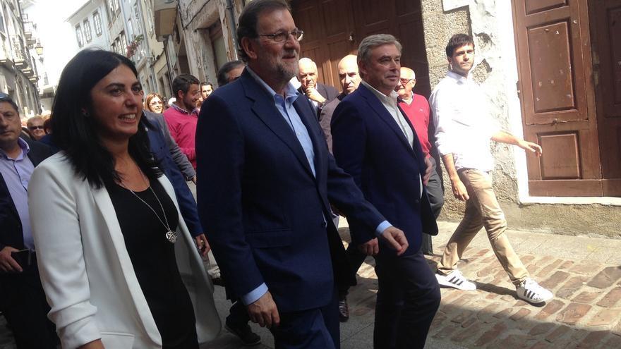 """Rajoy saluda al exdeán de la Catedral de Santiago y prueba la tarta de Mondoñedo: """"¡Me gusta todo de esta tierra!"""""""