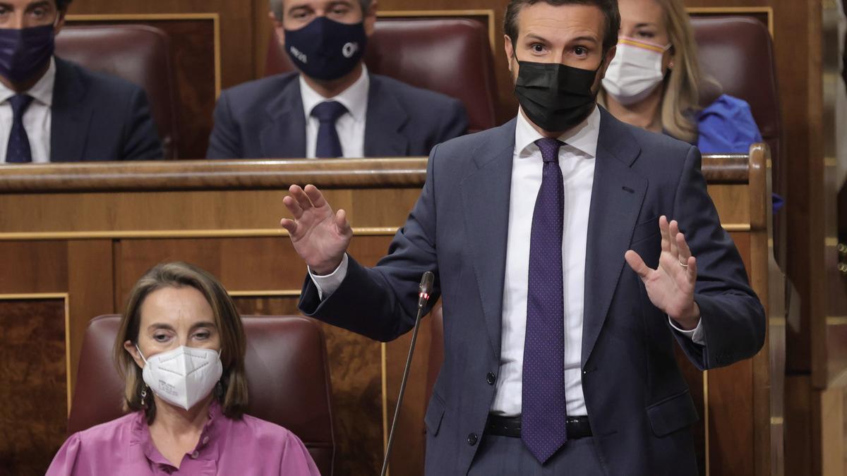 El líder del PP, Pablo Casado, interviene en una sesión de control al Gobierno en el Congreso de los Diputados, a 13 de octubre de 2021, en Madrid, (España).