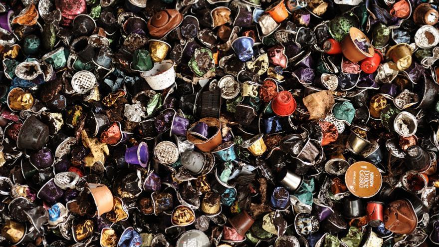 Cápsulas de café usadas en la planta de compostaje de Tradebe en Jorba.