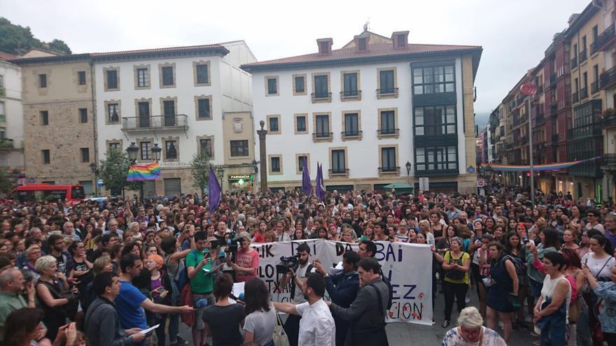 Un momento de la concentración en la plaza de Unamuno, en Bilbao