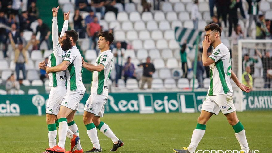 Jugadores del Córdoba celebran un gol ante el Málaga | MADERO CUBERO