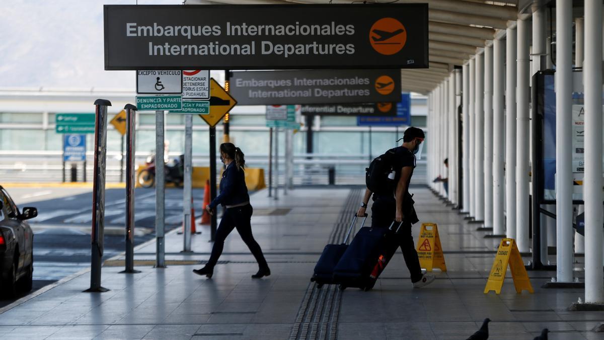 Un viajero en el aeropuerto.  EFE/Alberto Valdés/Archivo