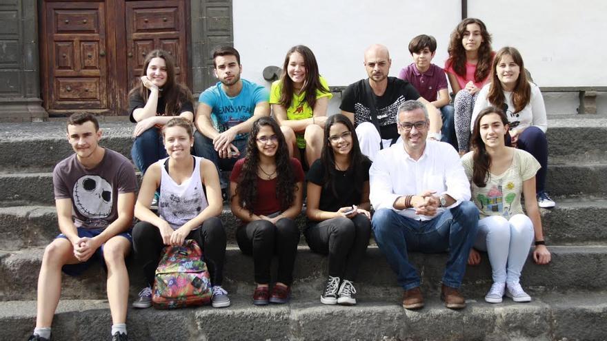 En la imagen, jóvenes participantes festival Jierve-Jierve con el primer teniente alcalde y concejal de Juventud de Santa Cruz de La Palma, Sergio Matos.