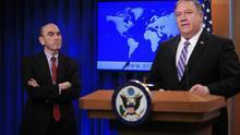 Ellliott Abrams, a la izquierda, escucha al secretario de Estado de EEUU, Mike Pompeo, cuando este anuncia su nombramiento como enviado especial para Venezuela.