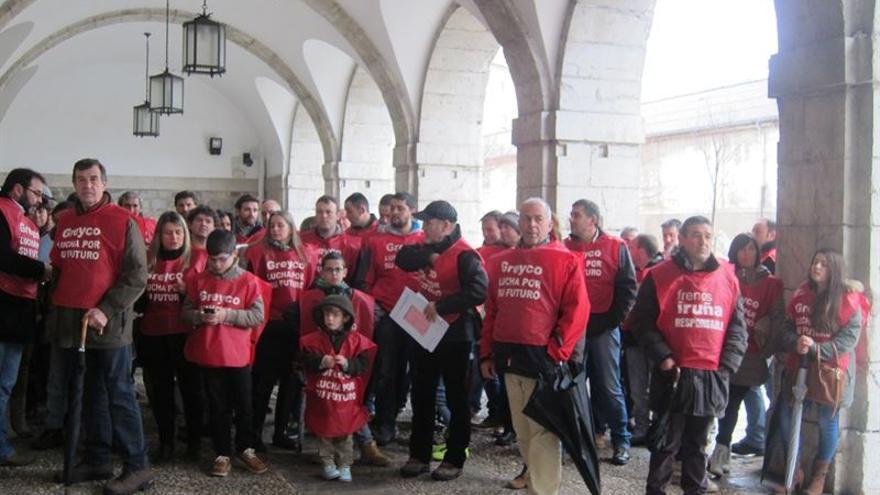 Los trabajadores de Greyco se manifestaron en los aledaños del Parlamento de Cantabria.