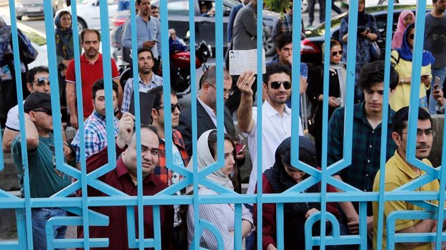 Los iraníes comienzan a votar con calma en las presidenciales