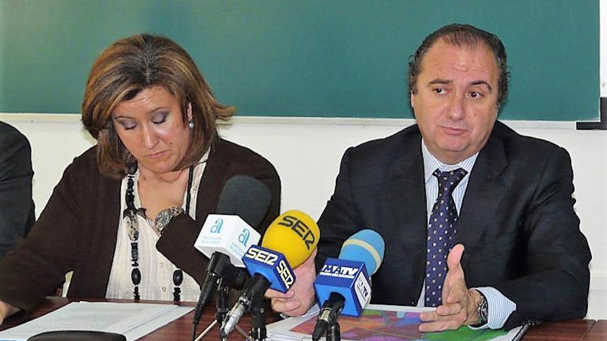 Ana Kringe, junto al que era presidente de la diputación en el momento de los hechos, José Joaquín Ripoll