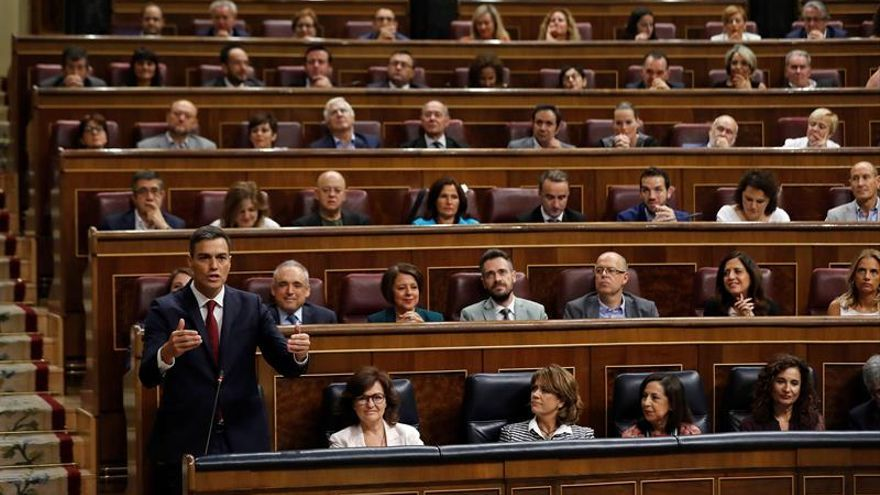 """Sánchez dice a Casado que la economía va bien y la situación política """"mejor"""""""