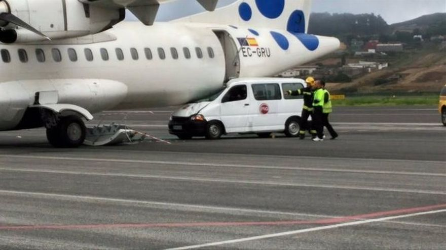 Un vehículo colisiona contra un avión vacío en Los Rodeos