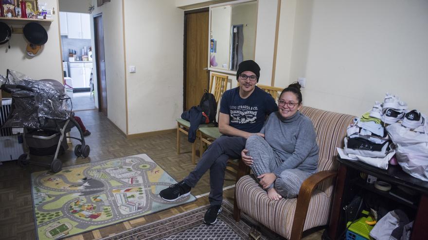 Alejandra y Julián llevan cinco días durmiendo en el sofá de Gabriela ante la falta de plazas de los recursos municipales y el retraso en la formalización de su petición de asilo.
