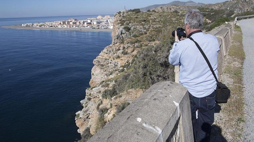 Buscan a un pescador que cayó desde un acantilado en Calahonda (Granada)