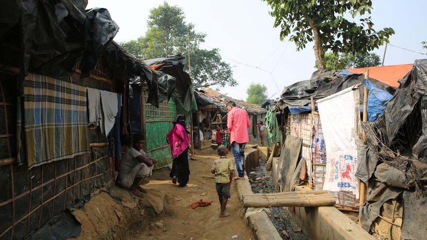 Las condiciones en el campamento de Kotopalond, hogar de miles de refugiados rohingyas en Bangladesh, son duras. El campamento está superpoblado, hay una grave escasez de agua potable, y los niños a menudo están enfermos o desnutridos.