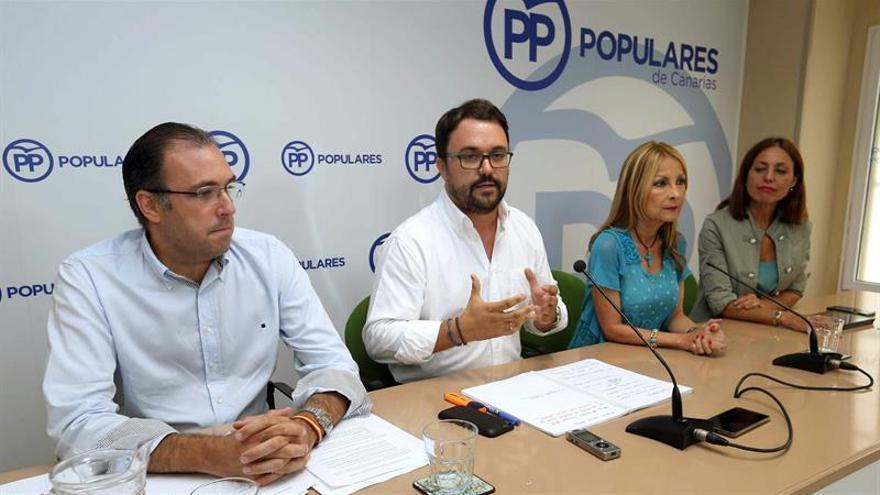 El presidente del PP de Canarias, Asier Antona (2i), y los dirigentes Carlos Ester (i), Australia Navarro (2d) y Cristina Tavío (d)