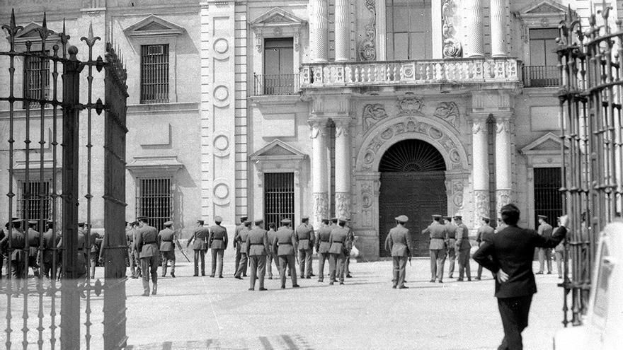 La policía franquista en el Rectorado de la Universidad de Sevilla. | CENTRO DE ESTUDIOS ANDALUCES