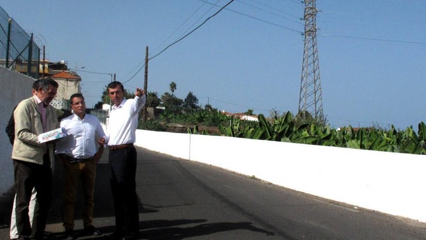 El alcalde de Los Realejos, Manuel Domínguez, (d) durante una visita a la zona donde se hallan las torretas