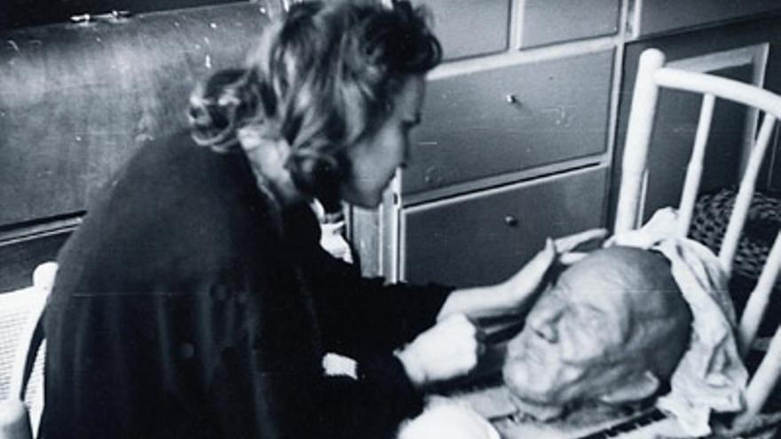 Jane Millares realiza el busto de su padre tras su fallecimiento (1965)