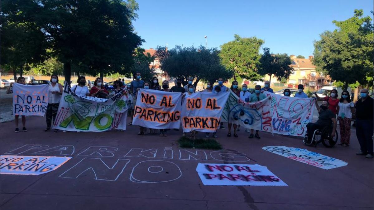 Vecinos de la asociación vecinal de Begoña manifestándose contra el parking de Tres Olivos.