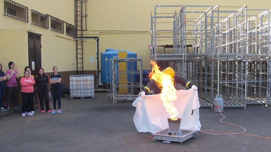 En la imagen, un momento de la formación contra incendios.