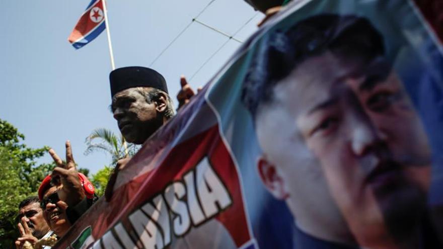 Los dos malasios que dejaron Pyongyang permanecerán en China, según Malasia