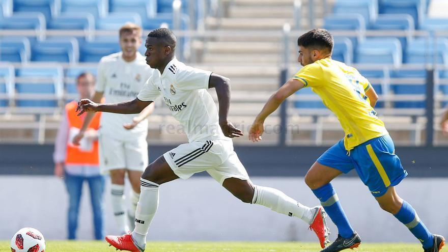 Vinicius conduce un balón ante la presión de Fabio. (REAL MADRID)