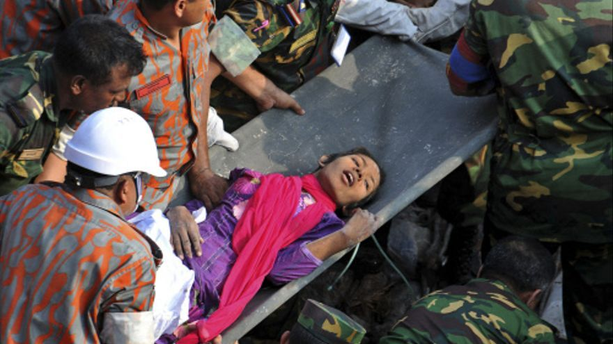 Equipos de rescate sacan a una superviviente del derrumbe de una fábrica textil en Saver, cerca de Dacca, Bangladesh, el 10 de mayo de 2013. / AP Photo/ Gtresonline