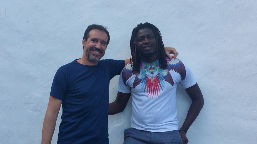El fotógrafo Emilio Barrionuevo y Keba Danso. Foto: LUZ RODRÍGUEZ.