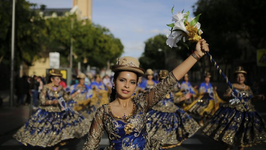 Faldas de llamativos colores o pañuelos afro se juntan en un mosaico del folclore latinoamericano en las calles de Madrid. OLMO CALVO