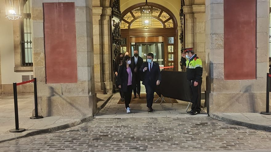La secretaria general adjunta y portavoz de ERC, Marta Vilalta, y el vicepresidente de la Generalitat en funciones, Pere Aragonès, saliendo del Parlament tras una reunión de negociaciones con Junts.