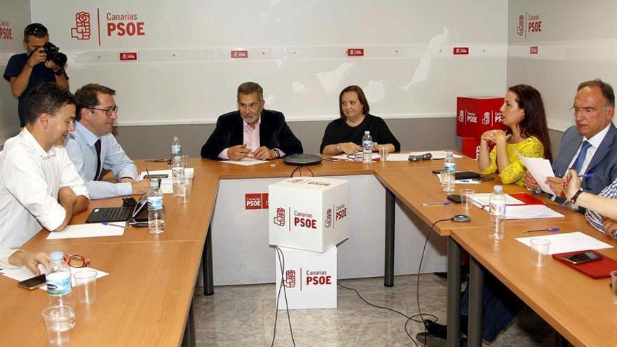 La comisión gestora del PSOE en Canarias durante su reunión hoy en Santa Cruz de Tenerife para analizar la situación política de la comunidad autónoma. EFE/Cristóbal García