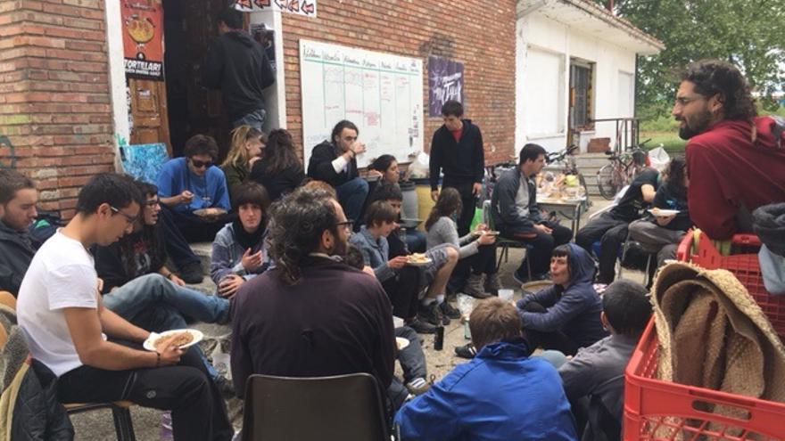 Momento de la comida en la plaza del barrio.